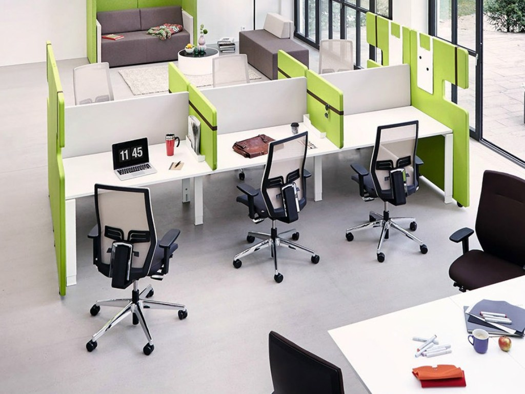 Рабочие столы с перегородками для офиса от konig neurath.