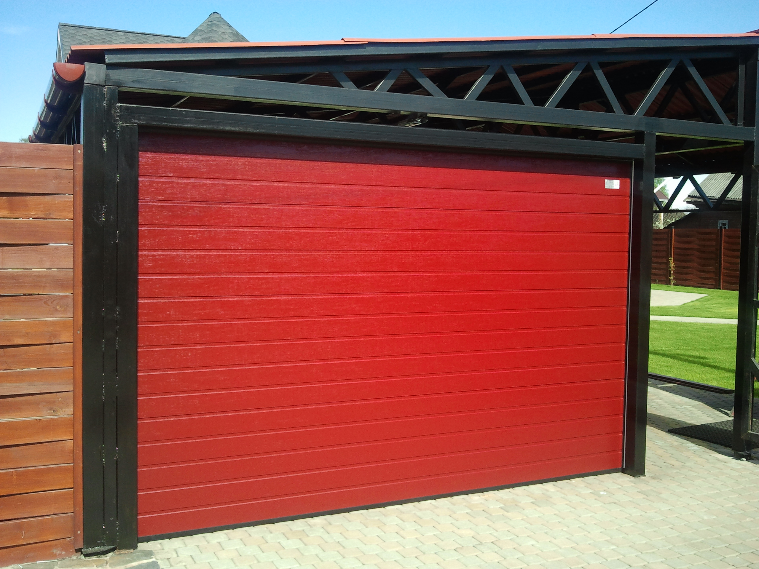 Красные гаражные автоматические ворота