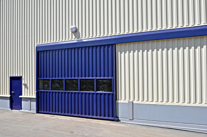 Синие откатные ворота промышленного назначения с остеклением
