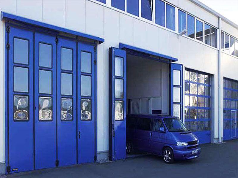 Промышленные складные синие ворота с остеклением
