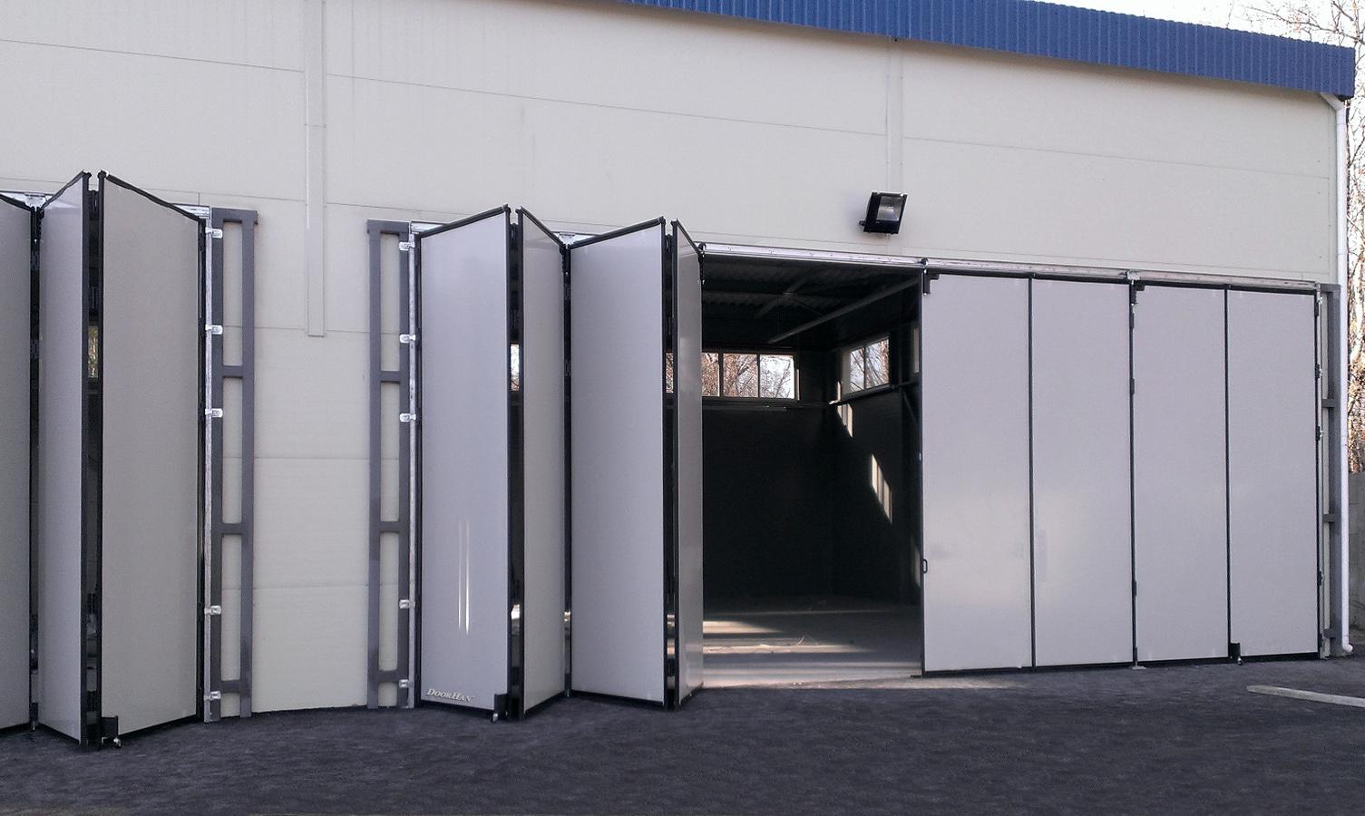 Складные промышленные ворота белого цвета для складских помещений