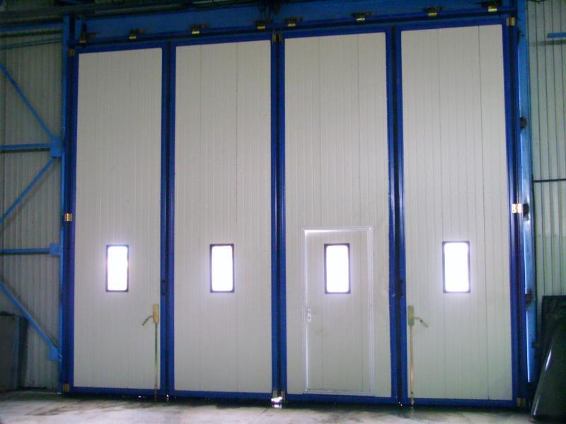 Складные промышленные ворота бело-голубые для склада с калиткой