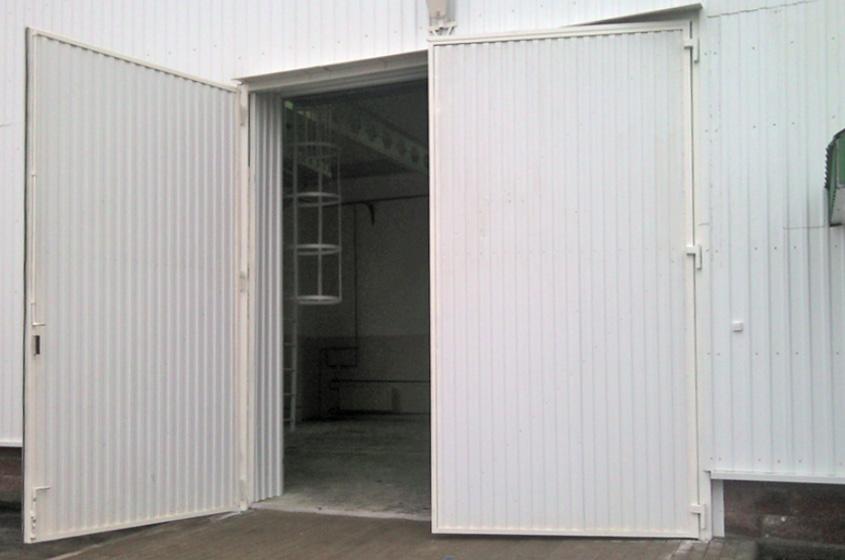Промышленные распашные белые ворота для склада