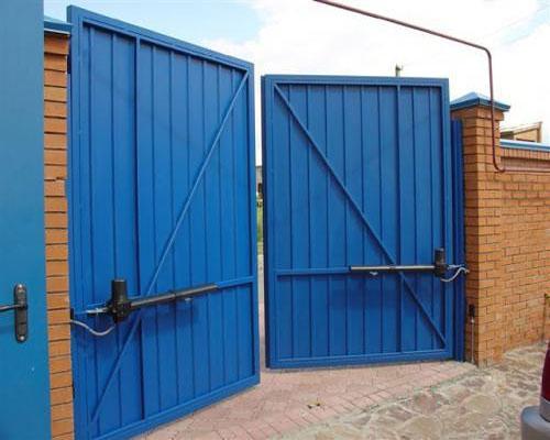 Синие распашные промышленные ворота для промзоны