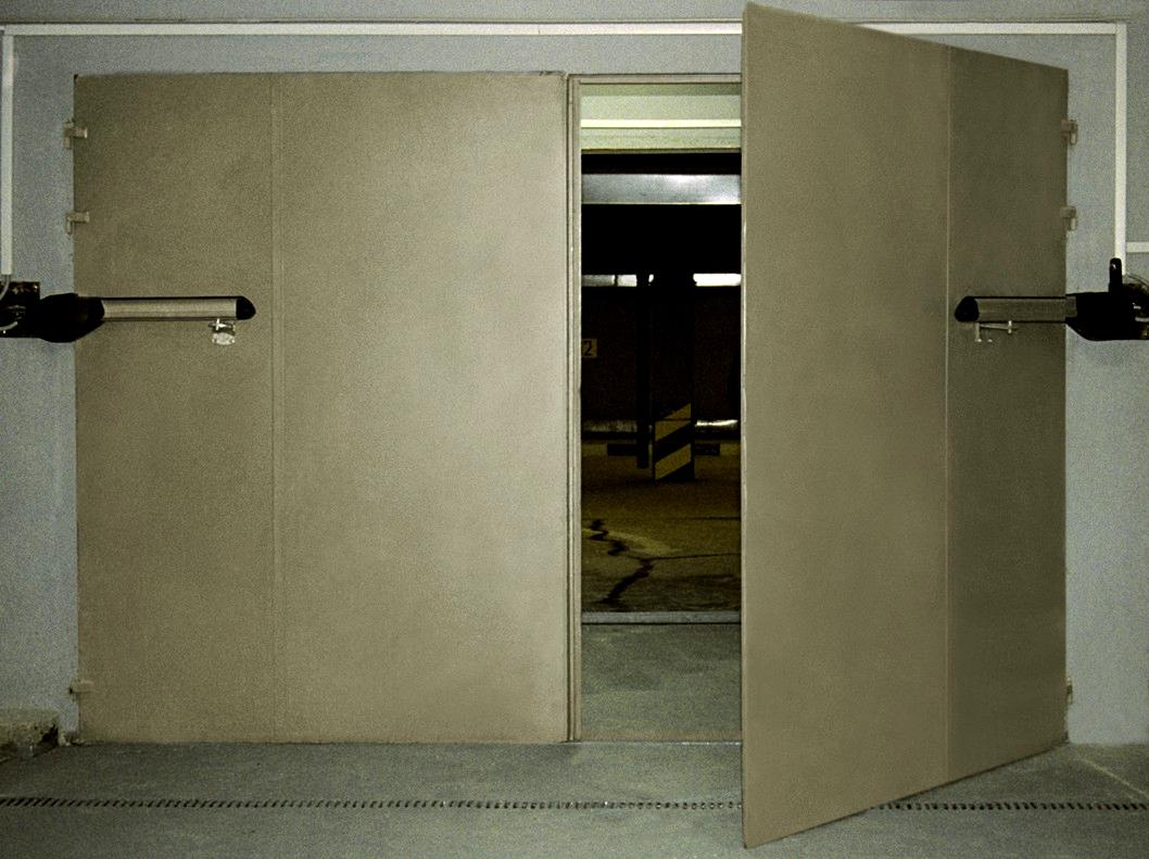 Бежевые распашные промышленные ворота на подземный паркинг
