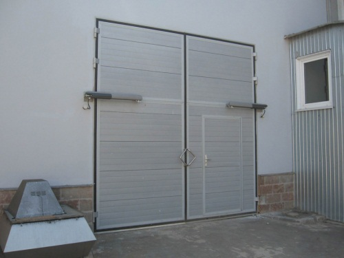 Промышленные распашные ворота серого цвета с калиткой