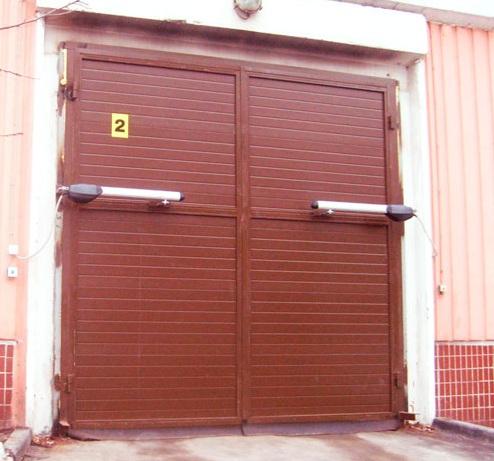 Коричневые распашные промышленные ворота на газовой автоматике