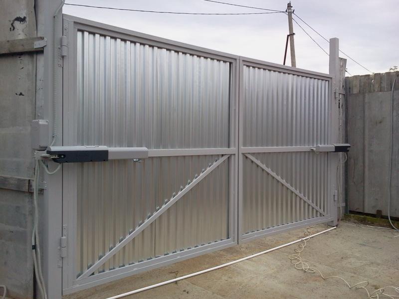 Стальные распашные промышленные ворота с отделкой профлистом