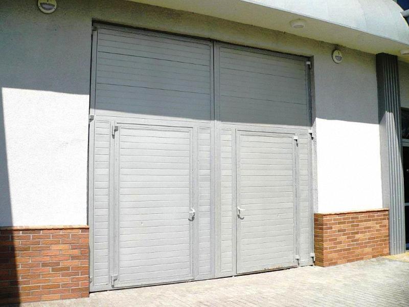 Распашные промышленные ворота с двумя калитками