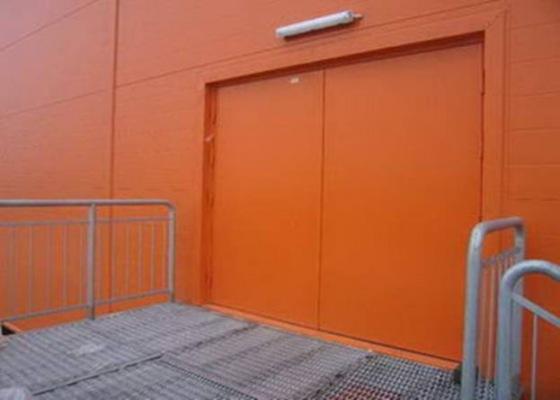 Оранжевые распашные промышленные ворота для торгового центра