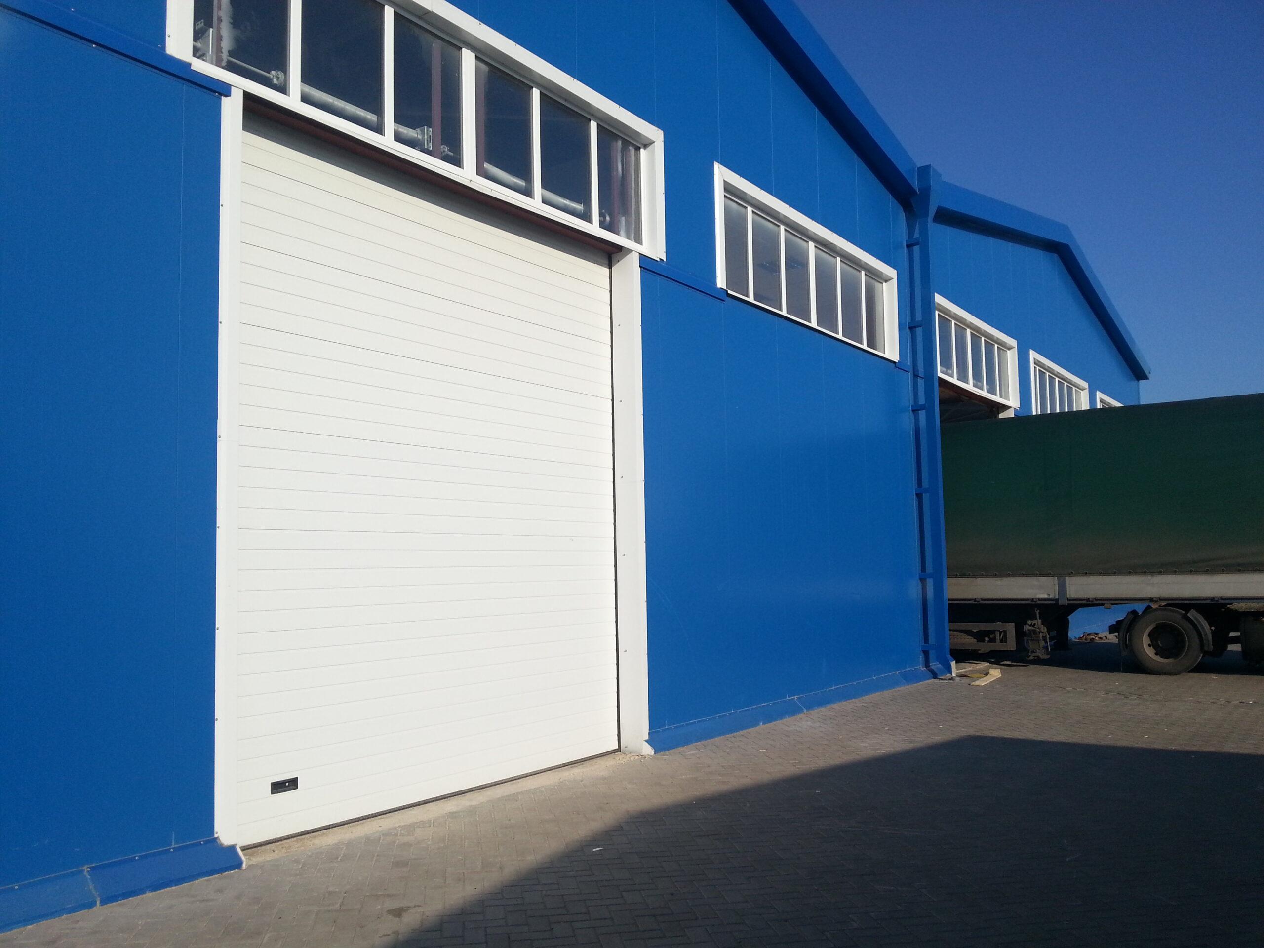 Рулонные промышленные ворота Алютех для базы