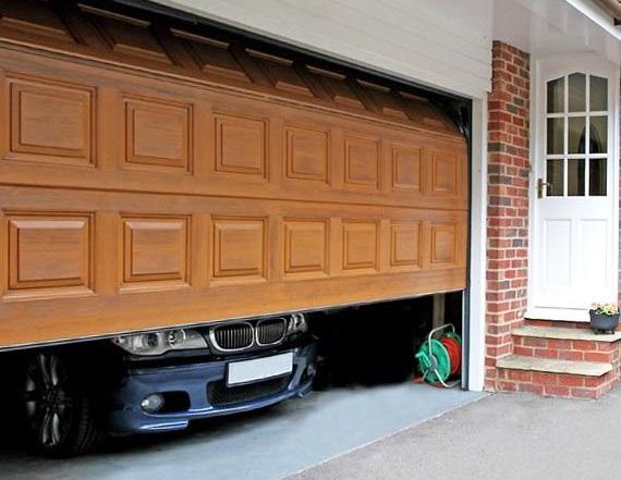 Светло-коричневые ворота для гаража с филенкой