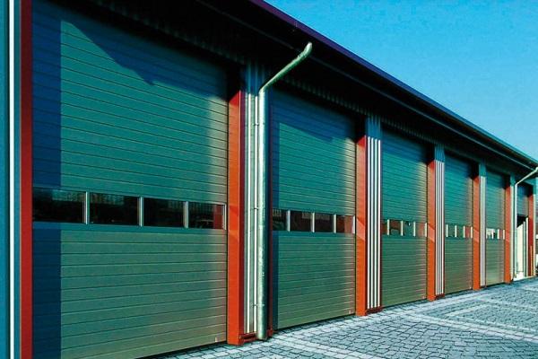 Остеклённые зелёные секционные ворота для гаражного кооператива