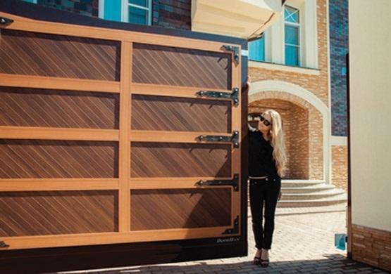 Откатные коричневые автоматические ворота для входной группы в коттедж
