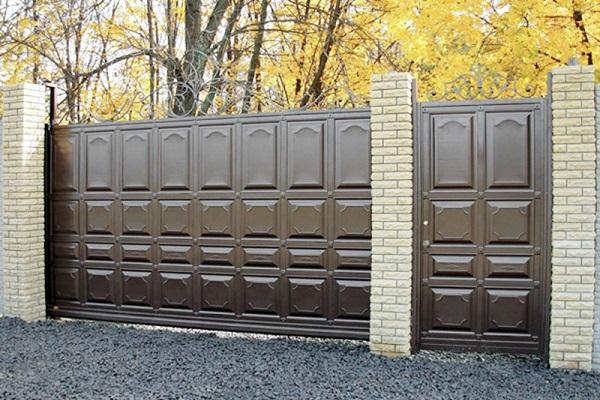 Откатные металлические ворота коричневого цвета