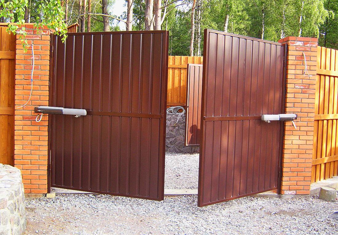 Распашные ворота коричневые из профнастила с электроприводом