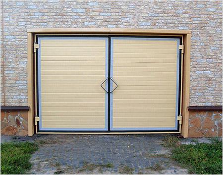 Бежевые распашные теплые ворота для гаражного кооператива