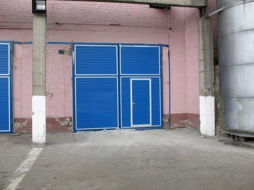Синие распашные ворота с калиткой для завода