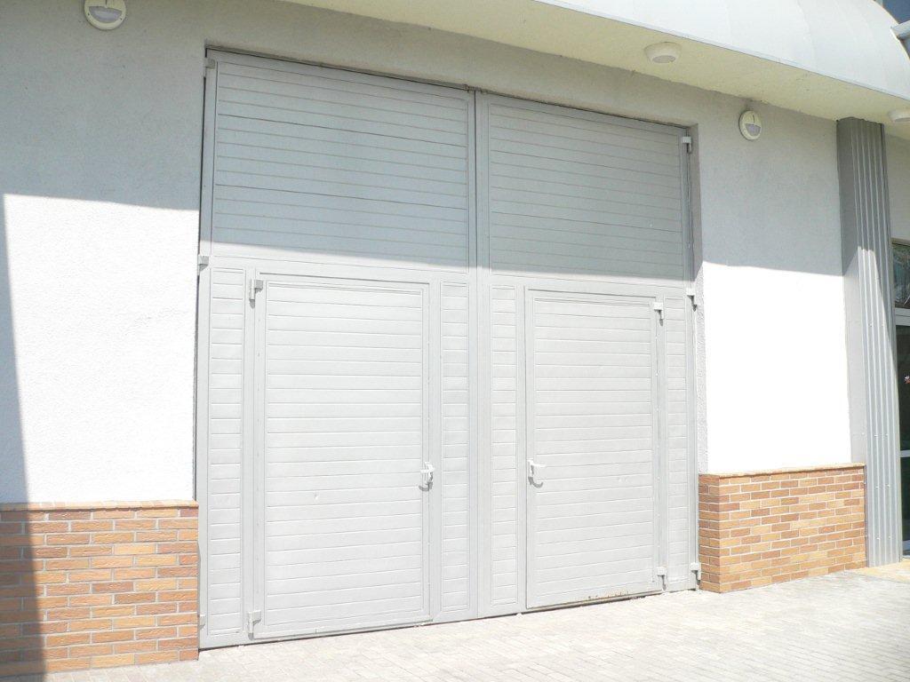 Белые распашные ворота с двумя калитками