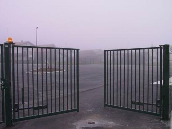 Чёрные распашные ворота для заводской проходной