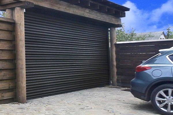 Чёрные рулонные ворота для гаража