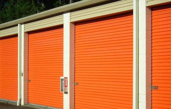 Рулонные ворота в гараж оранжевого цвета для частной парковки