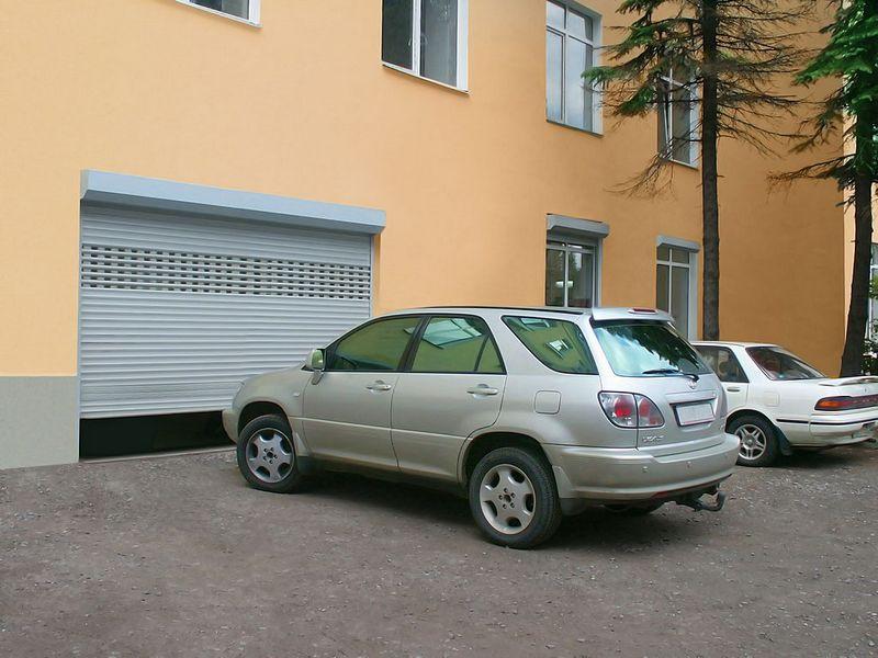 Серые рулонные ворота для офисного паркинга