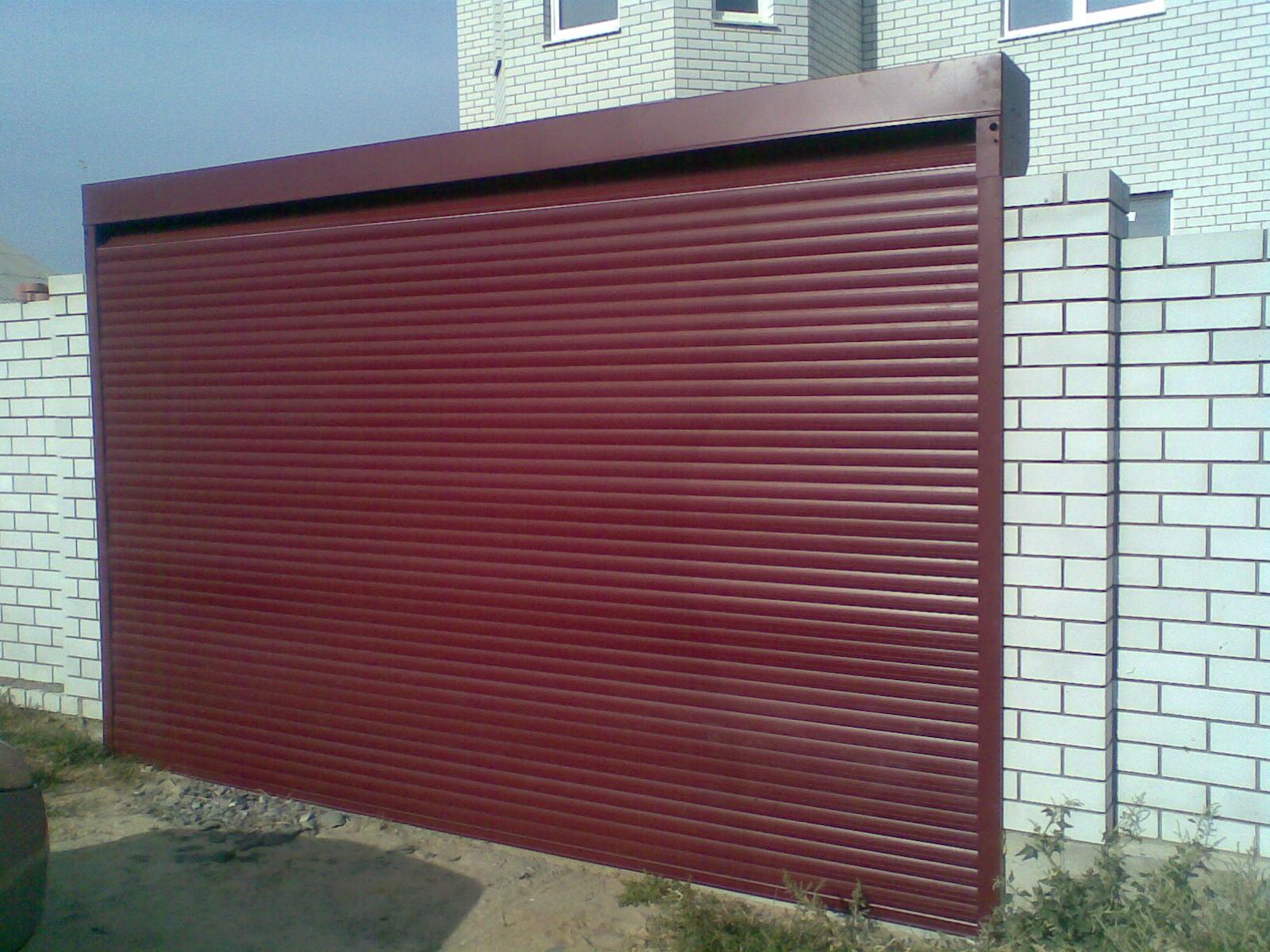 Красные рулонные ворота для въездной группы в кооперативный дом