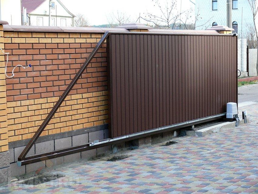 Откатные ворота для частного дома коричневого цвета