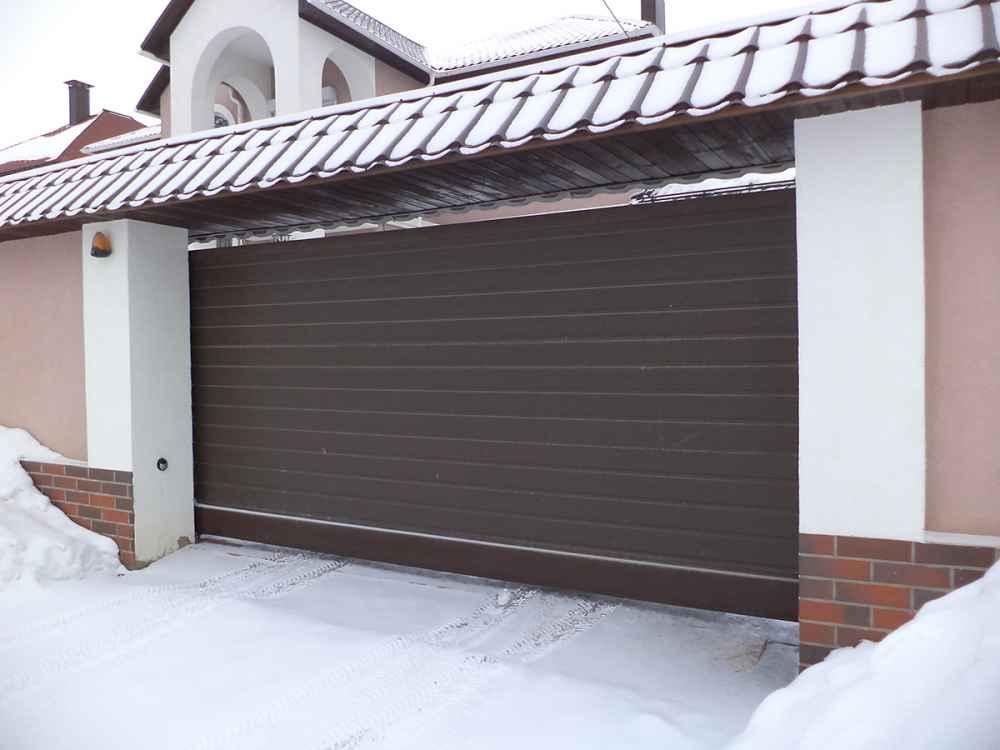 Коричневые откатные ворота для гаража