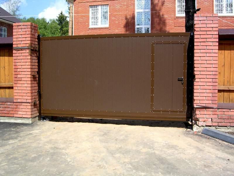 Въездные откатные ворота с калиткой коричневого цвета