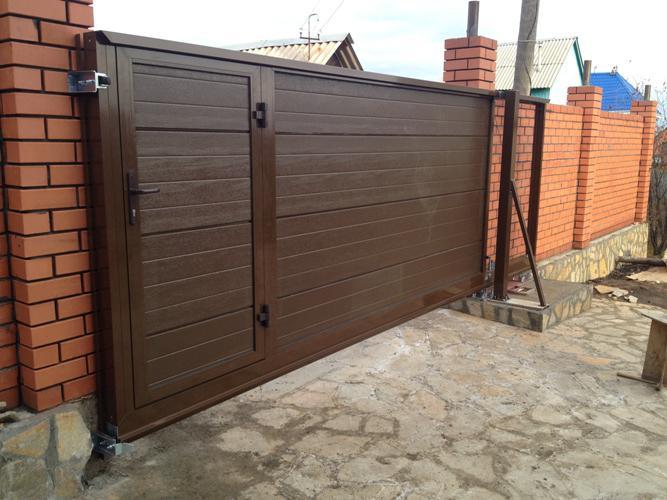 Откатные ворота со встроенной калиткой коричневого цвета