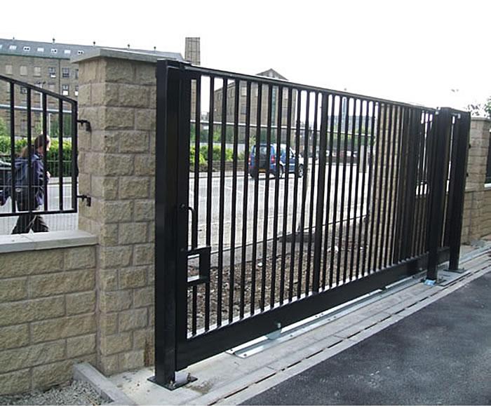Чёрные откатные сварные ворота с наполнением