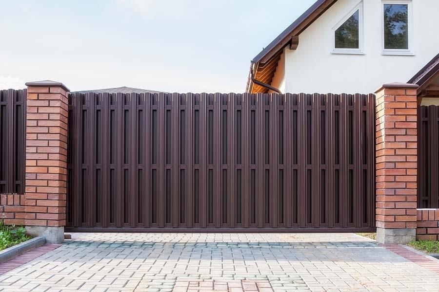 Откатные ворота с отделкой штакетником коричневого цвета