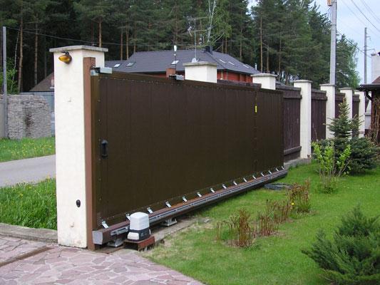 Откатные ворота для загородного дома с отделкой профлистом