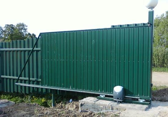 Откатные ворота из профлиста зелёного цвета