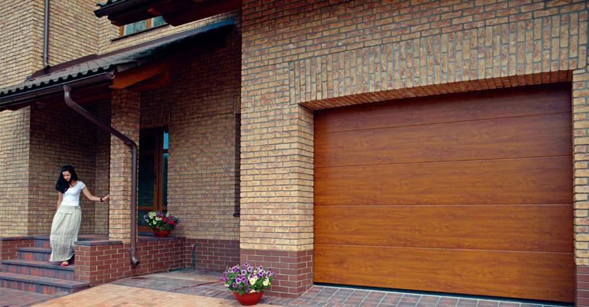 Деревянные секционные ворота Alutech для гаража