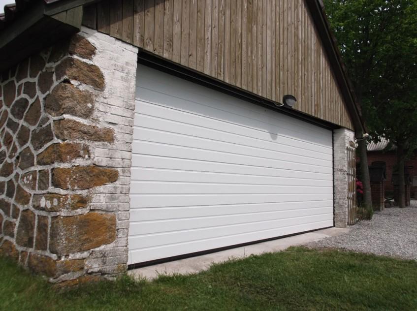 Белые секционные ворота Алютех для коттеджного дома