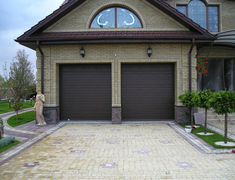 Пара коричневых секционных ворот Alutech для частного дома