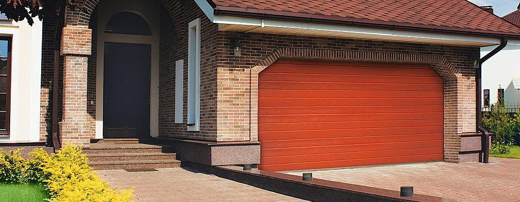Коричневые секционные ворота Алютех для частного дома под дерево