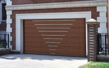 Коричневые секционные ворота Doorhan для гаража с молдингом