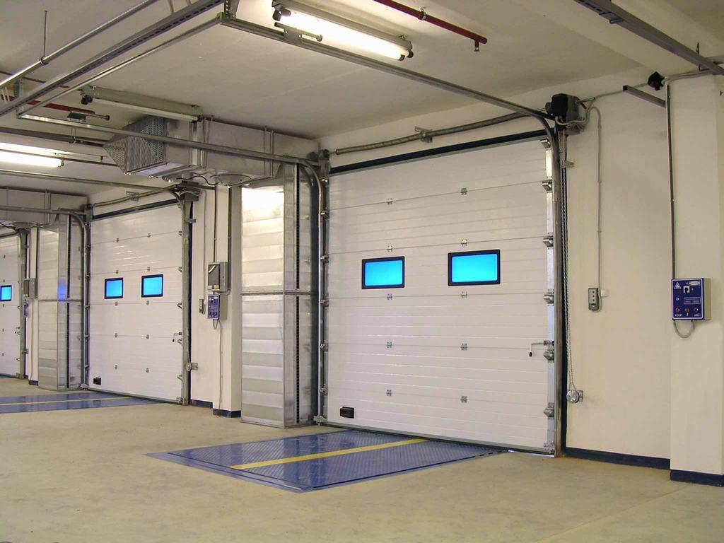 Белые секционные ворота Doorhan для автомойки со стеклом