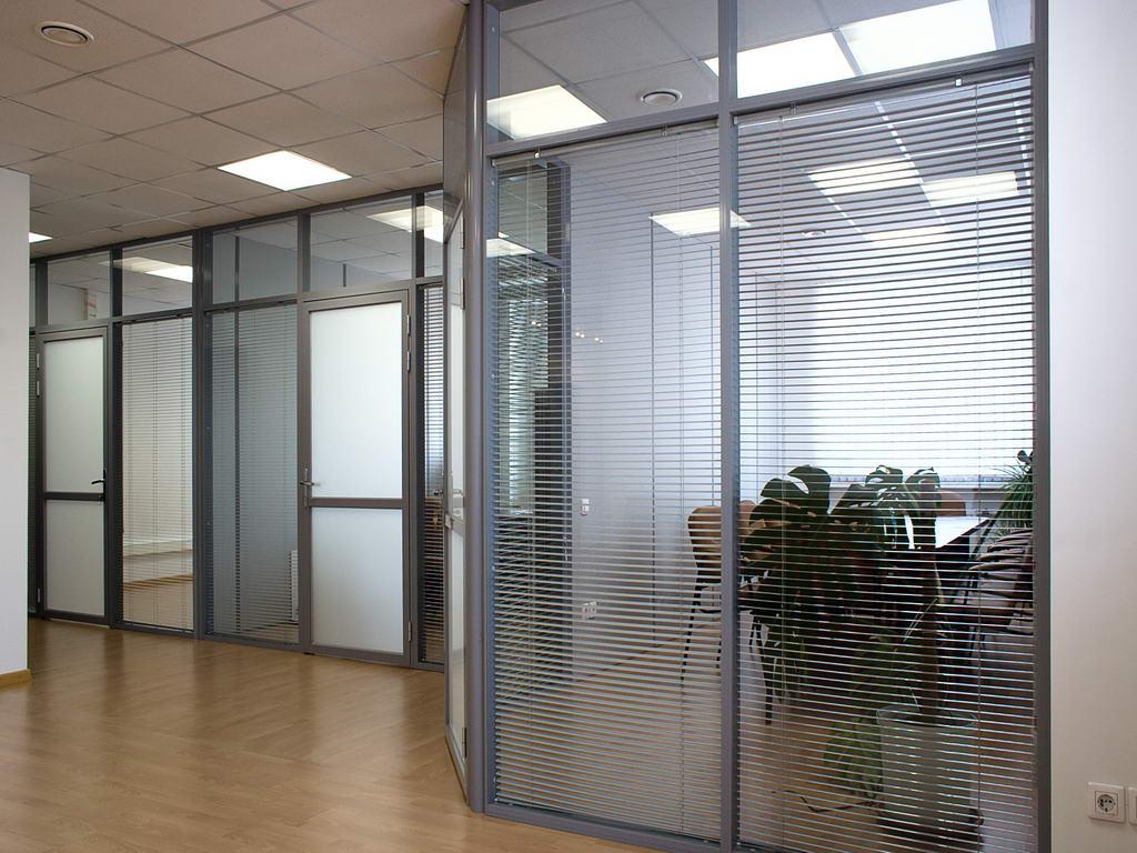 Стационарная стеклянная перегородка для офисного зонирования