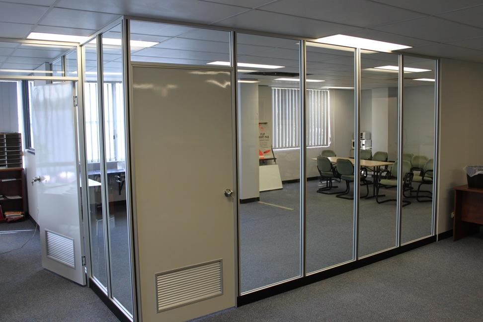 Остеклённая стационарная перегородка с ПВХ дверьми