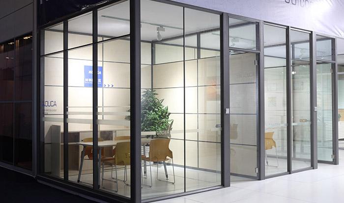 Стационарные стеклянные перегородки для кабинетов