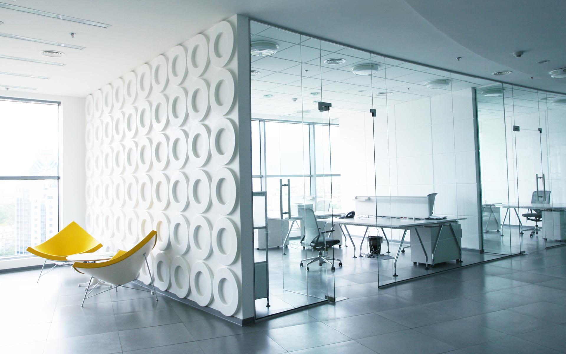 Цельностеклянные перегородки для разделения кабинетов в офисном здании