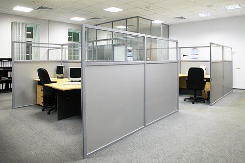 Серые мобильные перегородки для офисной комнаты
