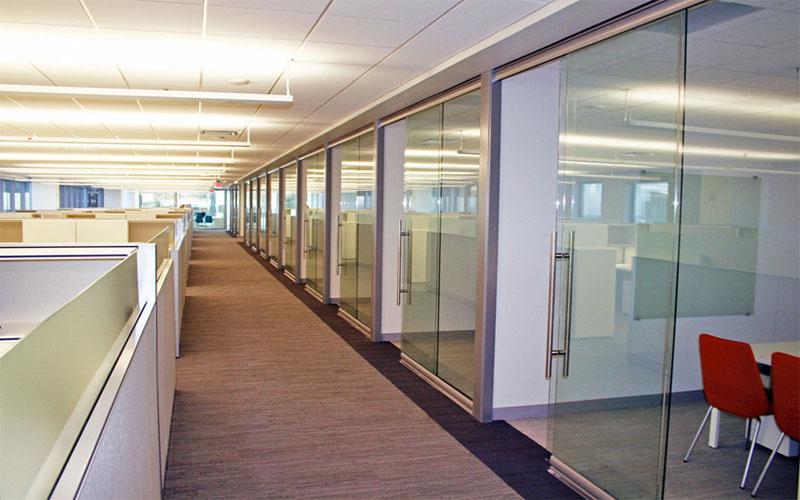 Остеклённые стационарные перегородки для зонирования офиса