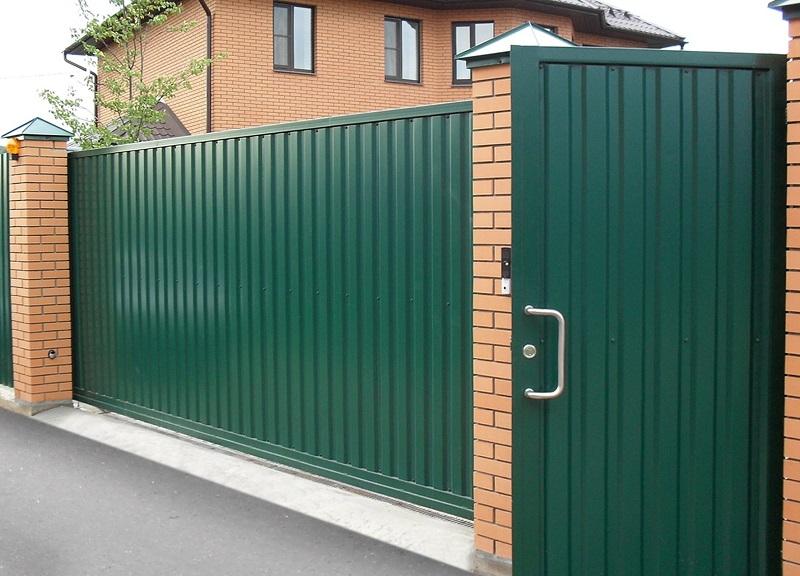 Зелёные откатные автоматические ворота с отдельно стоящей калиткой