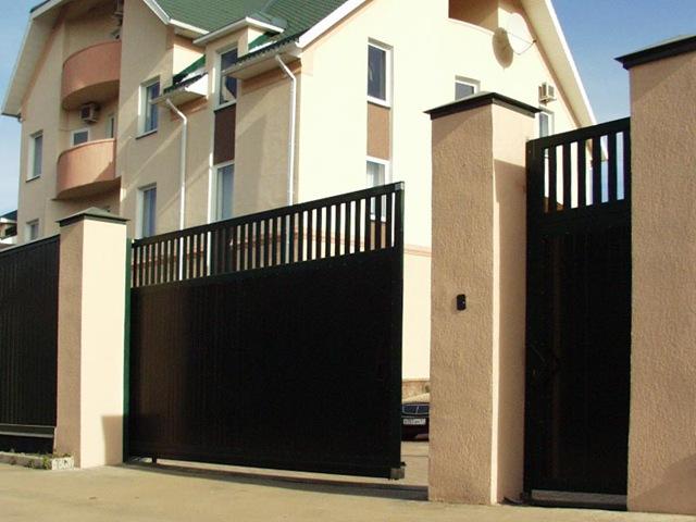 Откатные автоматические ворота коричневого цвета